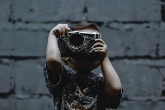 enfant photographiant